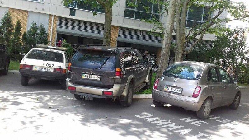 Хамская парковка во дворе Днепропетровского горсовета