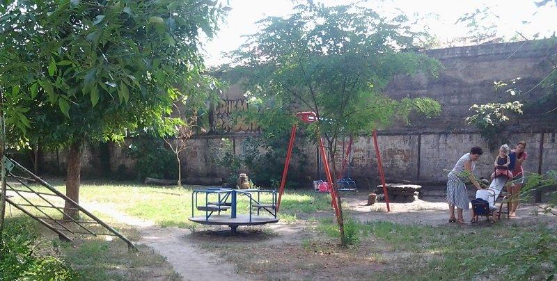 Территория детской площадки дом Привокзальная 4