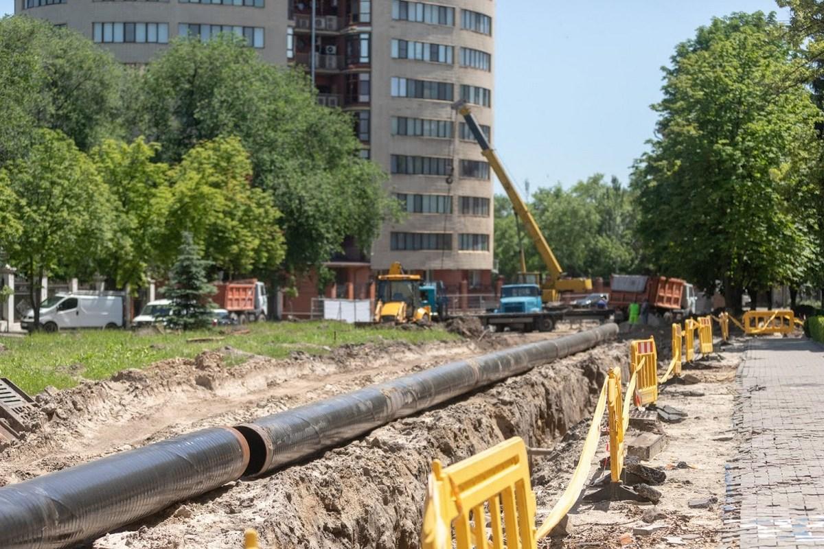 Аналогичная ситуация и на площади Шевченко и улице Яворницкого, где уже приступили к замене коммуникаций