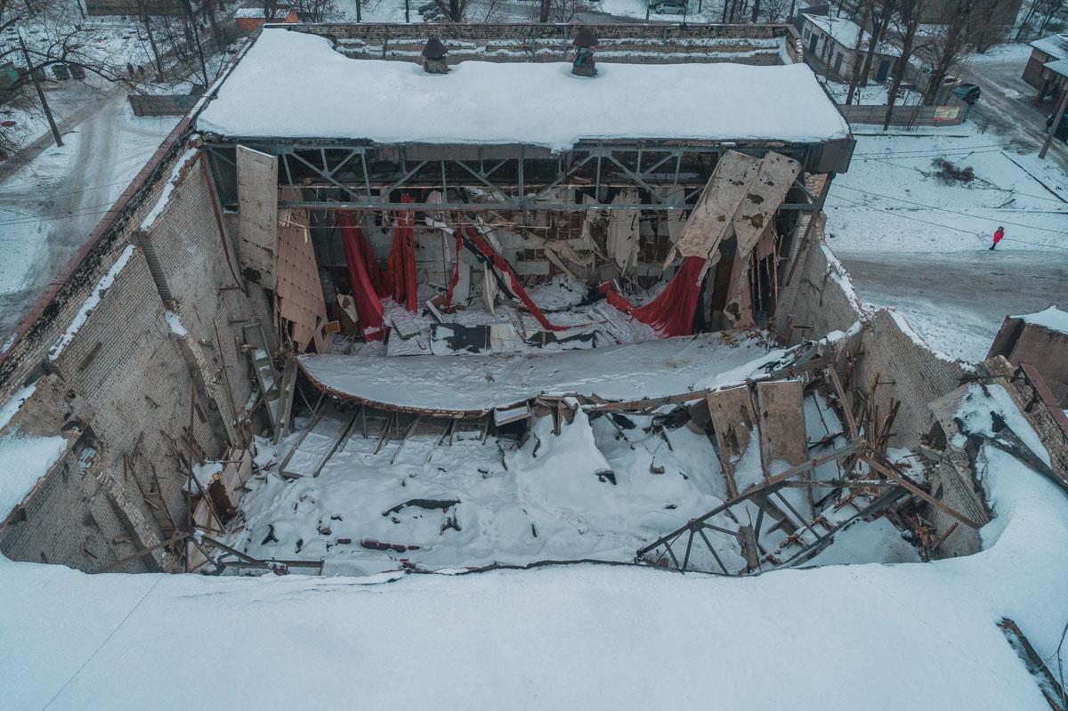 Крыша большого зала кинотеатра была полностью разрушена еще в декабре 2018.
