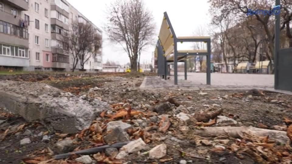 Вдоль пешеходной зоны кое-где строители оставили после себя мусор