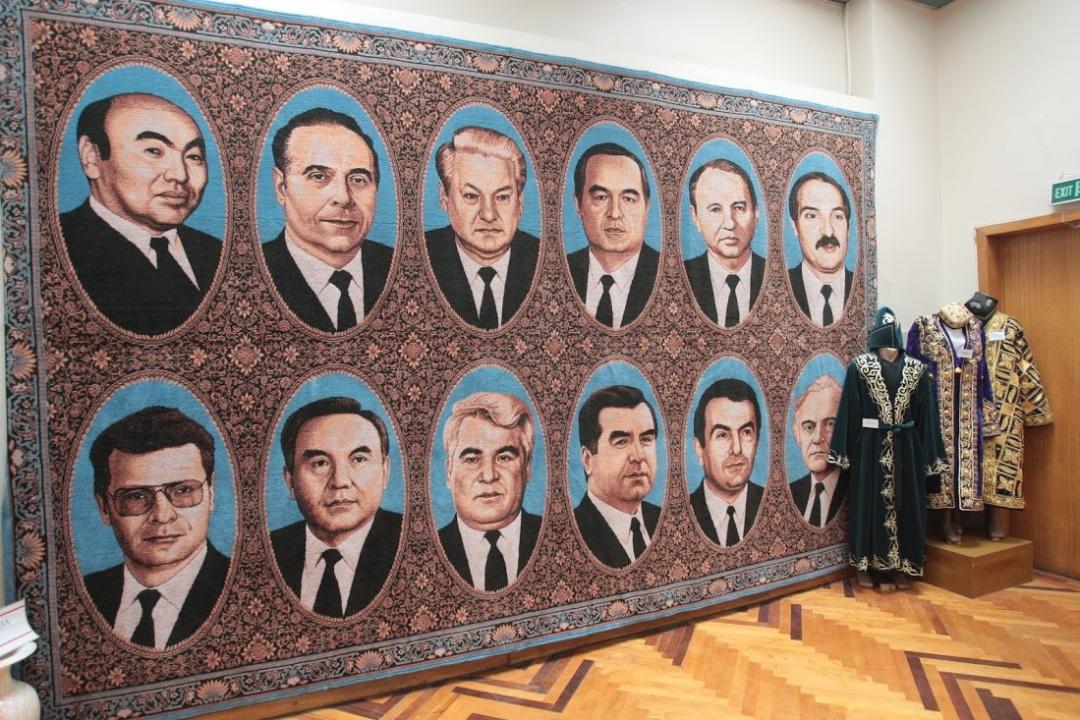 Ковер с изображением одиннадцати друзей Кучмы