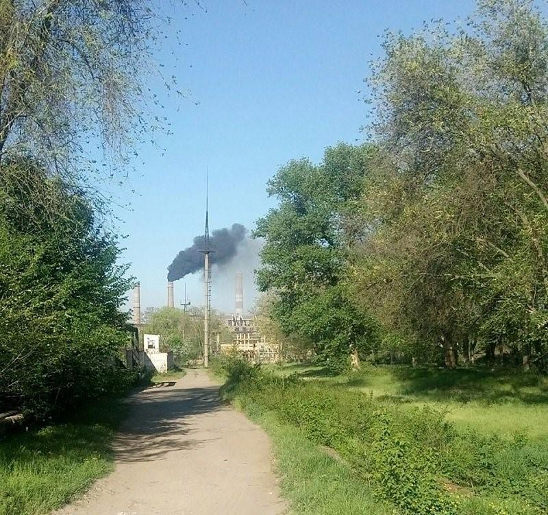 Выброс черного дыма из трубы ДТЭК Приднепровской ТЭС